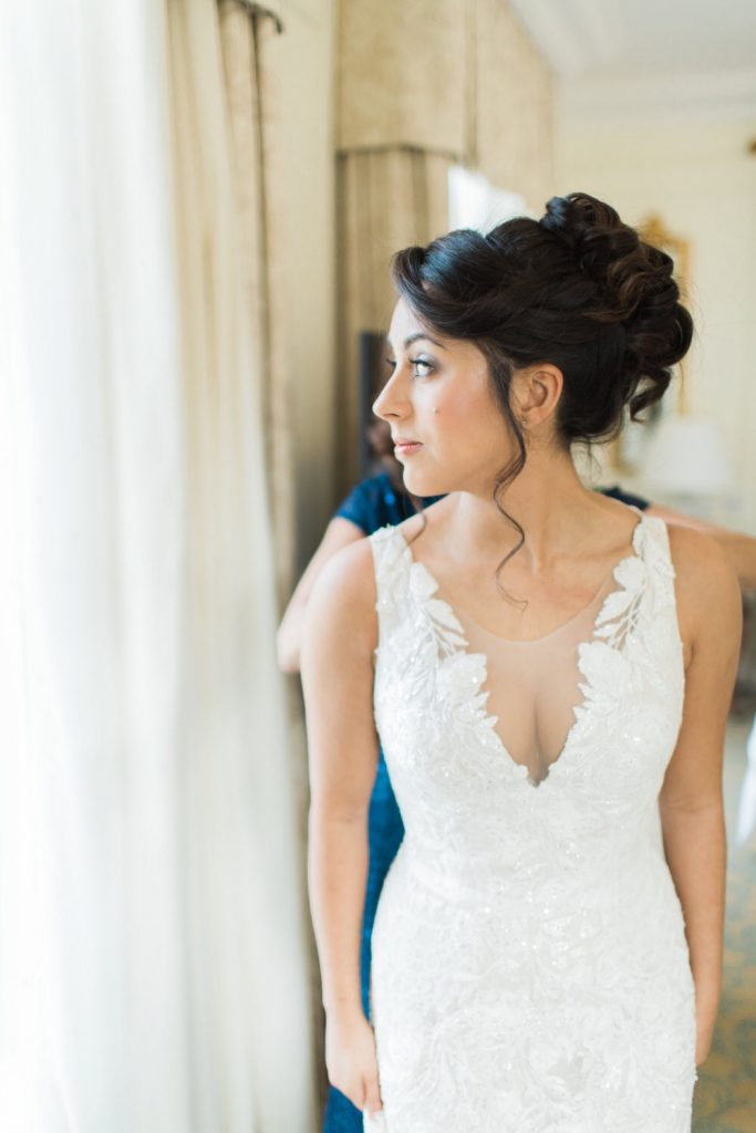 Glamourous bridal look with volumous wedding hair  updo  - Hair and Makeup by Story Hair and Makeup - Photography by Jacob and Pauline Photography #hairupdo #glam #brunettebride