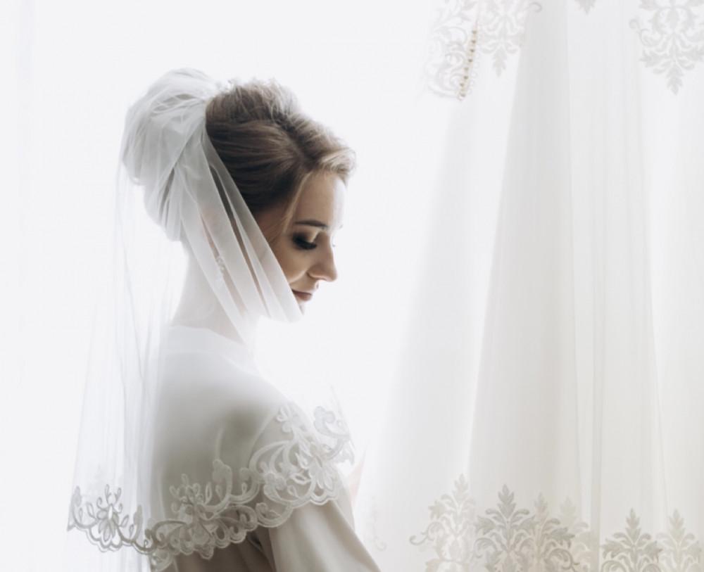 Image of bride wearing shoulder length veil. Image Credit: Typorama.