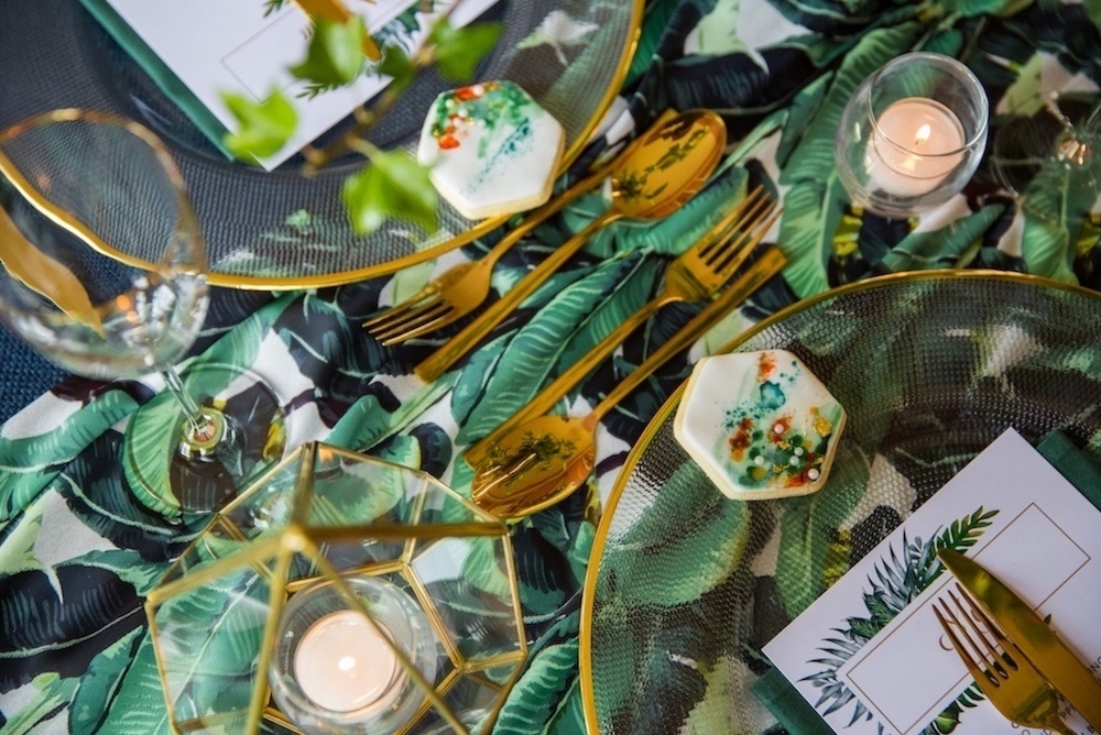 tropical-print-wedding-table-décor
