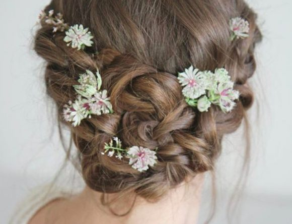 5 Tips for Wearing Fresh Flowers in Your Wedding Hairstyle