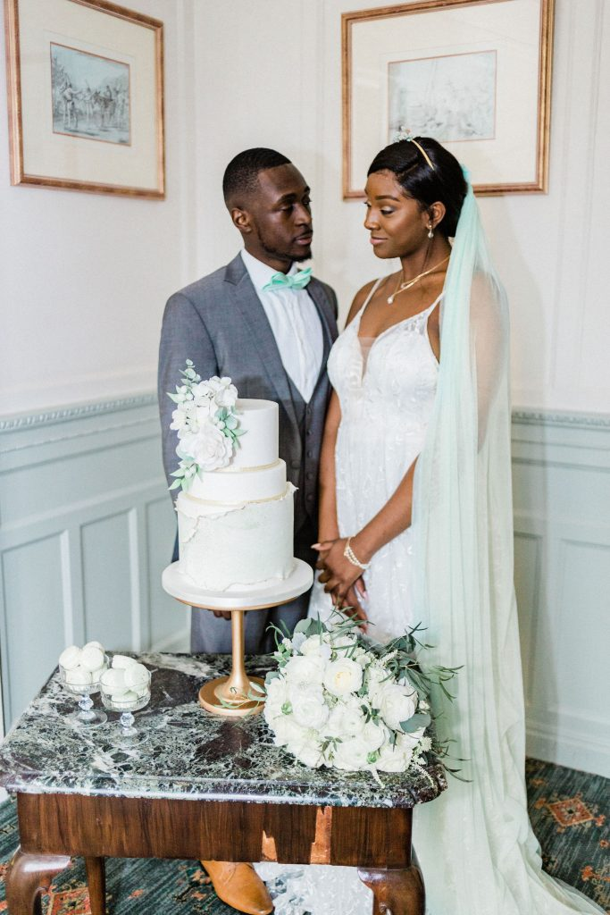 mint-and-gold-wedding-cake-cutting