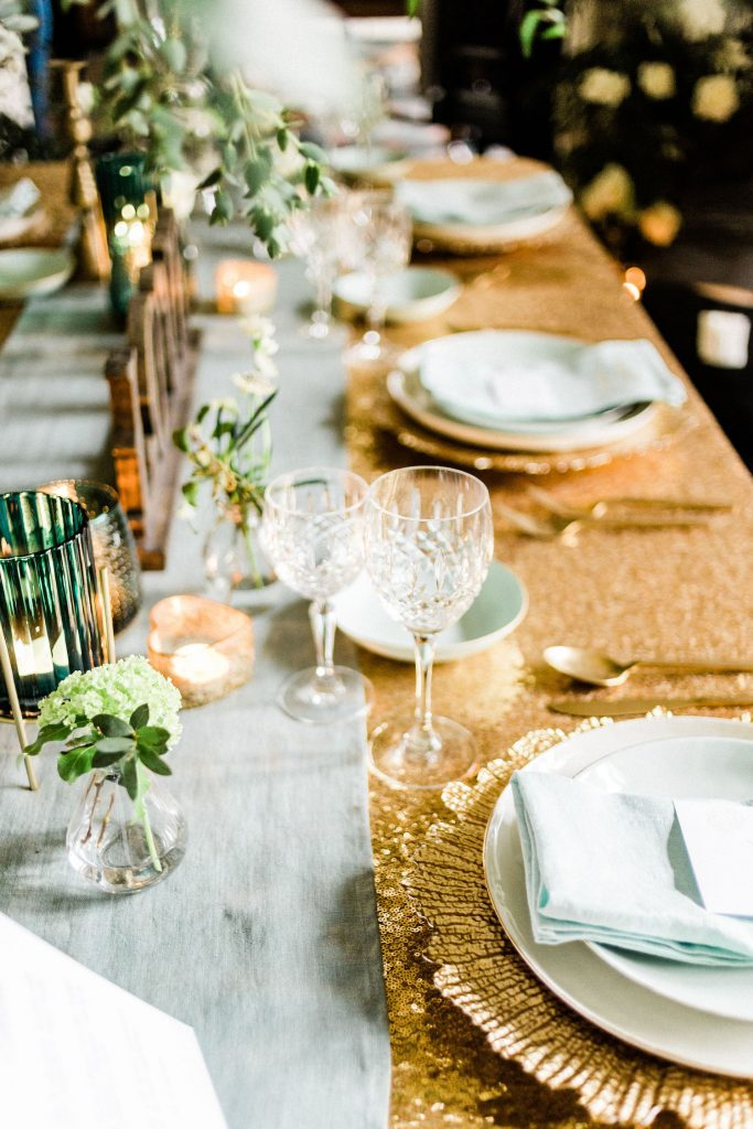 gold-tablecloth-wedding-décor
