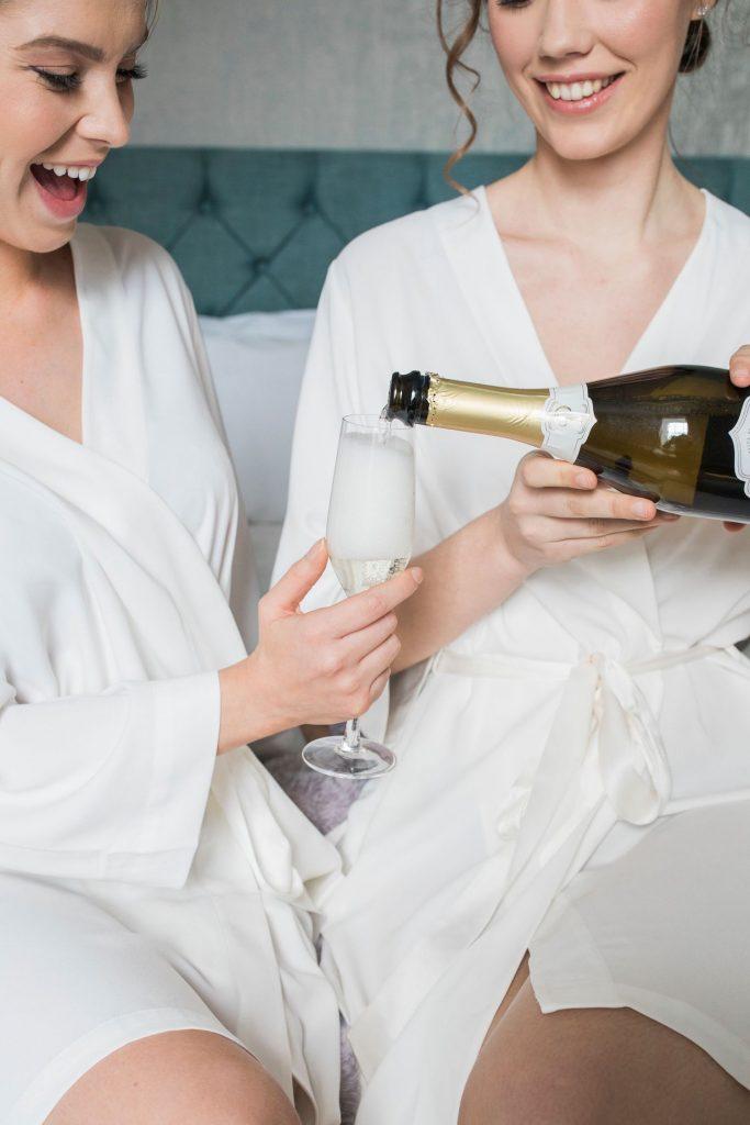 bridesmaids-champagne-wedding-morning