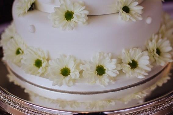 wedding cake with white daisies