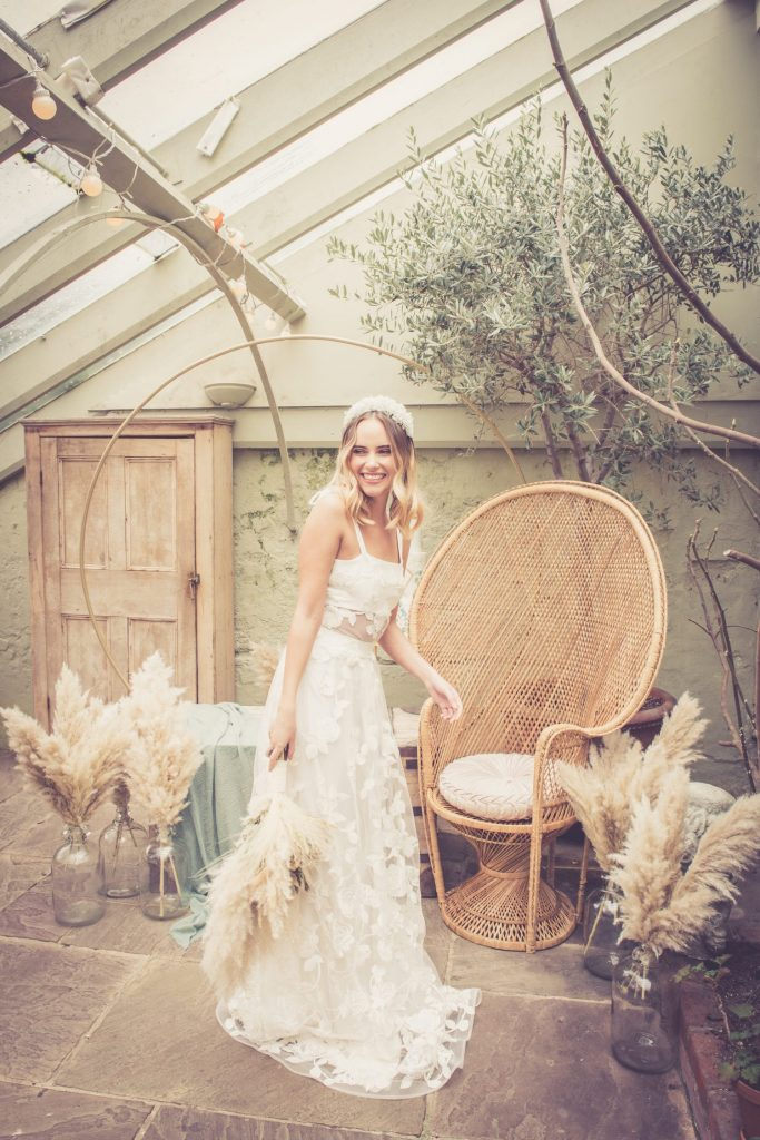 boho bride with pampas grass bouquet