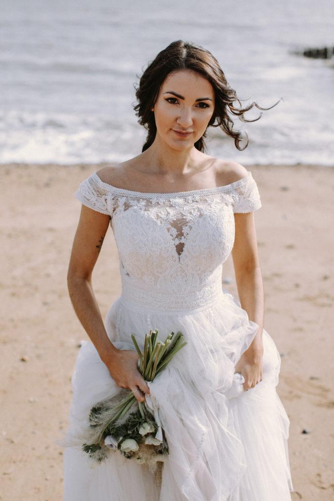 Beach bride with natural makeup